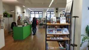 Mediothek do Goethe-Institut Berlin. Tá vazio assim porque foi no sábado, mas na semana quase não tem lugar pra sentar.